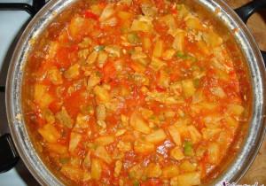 Gulasz z piersi kurczaka z warzywami