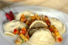 Pierogi z mięsem Jawo z sosem paprykowo – czosnkowym