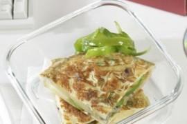 Hiszpański omlet z cebulą i zieloną papryką