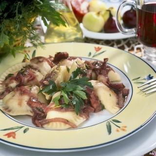 Pierogi z mięsem i kapustą JAWO z sosem z czerwonego wina, boczkiem i tymiankiem