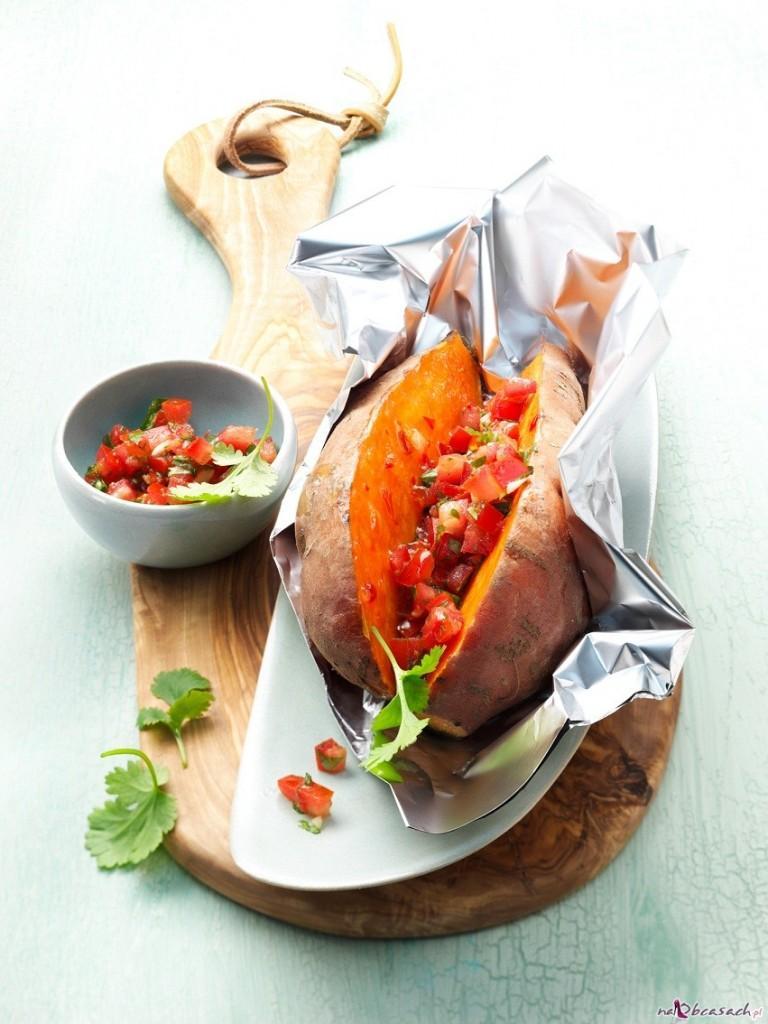Pieczony batat z salsą pomidorową