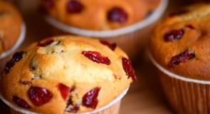 Muffiny śródziemnomorskie z serem feta, ziołami, pomidorami