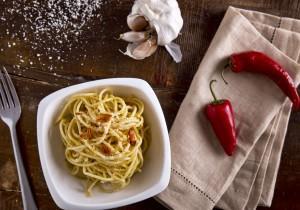 Spaghetti z oliwą z oliwek, czosnkiem i peperoncini