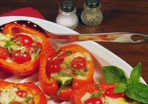 Pieczone papryki, nadziewane pomidorami cherry, fetą i tymiankiem