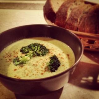Krem z brokułów z serem pleśniowym