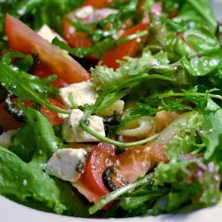 Śródziemnomorska sałatka z pokrzywą