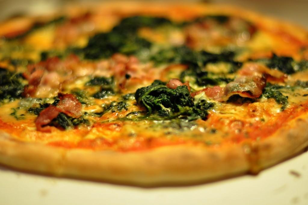 Pizza_med_gorgonzola,_spinat_og_bacon,_March_2010