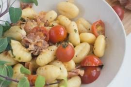 Włoskie gnocchi z szynką parmeńską i bazylią