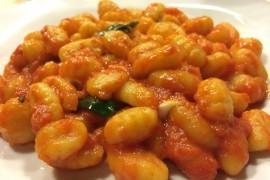 Włoskie gnocchi w sosie pomidorowym z mozzarellą