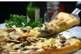 Pizza z kurczakiem i pieczarkami z sosem śmietanowym