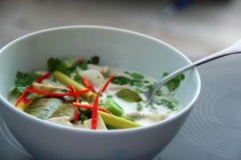 Tom Ka Gai – tajska zupa z kurczakiem i mlekiem kokosowym