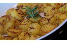 Pieczone ziemniaczki z cebulą i świeżymi ziołami