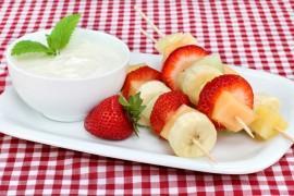 Owocowe szaszłyki z jogurtem greckim