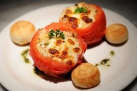 Pieczone nadziewane pomidory z pesto