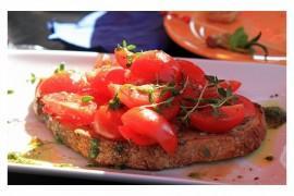 Włoska bruschetta z pomidorami i mozzarellą