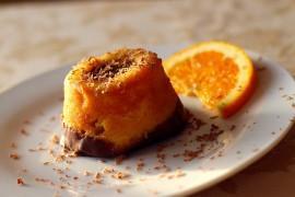 Pomarańczowa mini babeczka z czekoladą