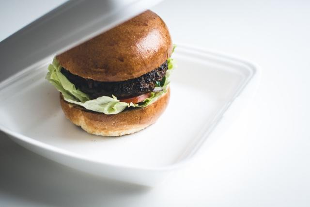 foodiesfeed.com_delivered-beef-burger (640x427)