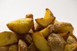 Ziemniaczki pieczone z masłem, czosnkiem i cebulą