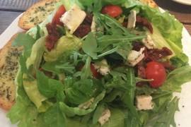 Sałatka z gorgonzolą i suszonymi pomidorami