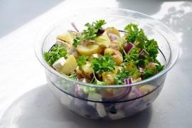 Sałatka z pieczonymi ziemniakami i serem mozzarella
