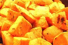 Słodkie ziemniaki pieczone z oliwą i oregano