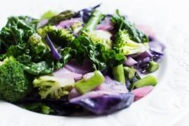 Sałatka z czerwonej kapusty i zielonych warzyw