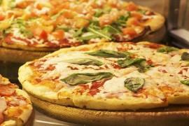 Domowa pizza pieczona na kamieniu