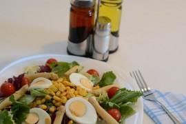 Pełnowartościowa sałatka z jajkiem i kukurydzą