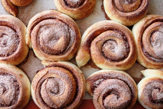 Cinnamon_rolls_from_above,_April_2009