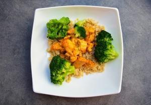Kurczak curry z ryżem i brokułami