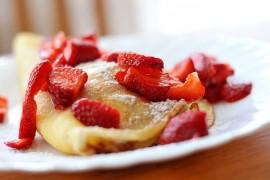 Błyskawiczne słodkie śniadanie: naleśniki z musem truskawkowym!