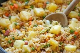 Szybka sałatka z ryżem, groszkiem i ananasem