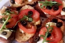 Francuskie grzanki w jajku z camembertem i pomidorem