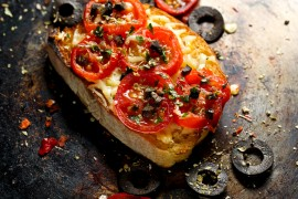 Włoskie grzanki z mozzarellą, pomidorami i oliwkami