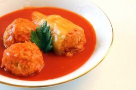 Gołąbki inaczej: pulpety z kapustą w sosie pomidorowym
