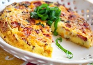 Frittata z boczkiem, jarmużem, serem