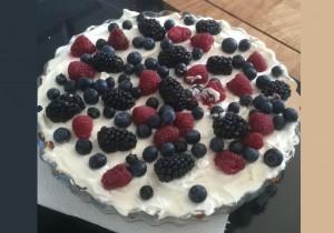 Tarta z białą czekoladą i owocami leśnymi