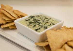 Szpinakowy dip do chipsów i nachosów