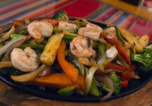 Makaron ryżowy smażony z warzywami i krewetkami