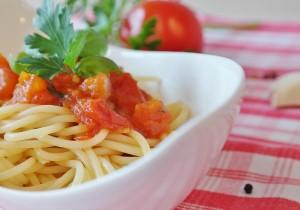 Aromatyczne spaghetti z pomidorami i czosnkiem