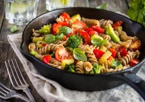 DANIE Z PATELNI: makaron razowy + warzywa