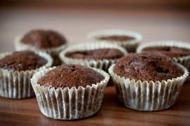 Czekoladowe muffiny z budyniem w środku