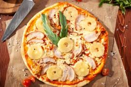 Pizza hawajska na cienkim cieście