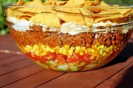 Meksykańska sałatka z nachosami – idealna na grilla!