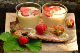 Deser waniliowy z truskawkami , który zrobisz w KILKA MINUT!