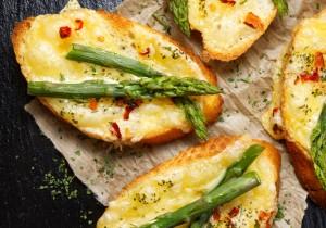 Grzanki z serem i szparagami