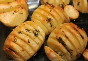 Ziemniaki pieczone z masłem, koperkiem i czosnkiem