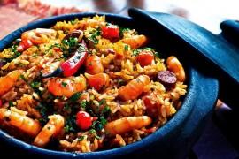 Szybki ryż z warzywami, krewetkami i chorizo