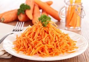 Zdrowa surówka z marchewką i kiełkami