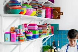 Otwarte półki w kuchni- 10 inspiracji na przechowywanie naczyń poza szafkami!